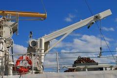 在蓝天背景的白色船起重机  库存照片