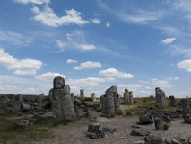在蓝天背景的石柱子  免版税库存图片