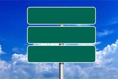 在蓝天背景的空白的绿色路标 免版税图库摄影