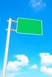 在蓝天背景的空白的路标板 免版税库存图片