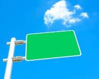 在蓝天背景的空白的路标板 免版税库存照片