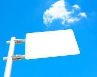 在蓝天背景的空白的路标板 图库摄影