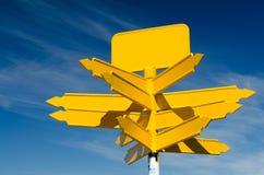 在蓝天背景的空白的黄色路标 免版税库存图片