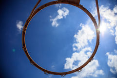 在蓝天背景的篮球篮 库存图片