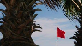 在蓝天背景的红旗  危险为游泳,风暴警告 股票录像
