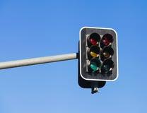 在蓝天背景的红绿灯 库存照片