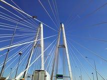 在蓝天背景的缆绳被停留的桥梁 库存图片