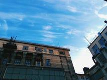 在蓝天背景的老大厦  库存图片