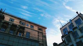 在蓝天背景的老大厦  免版税库存图片