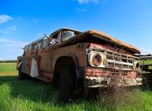 在蓝天背景的老消防队汽车 免版税库存照片
