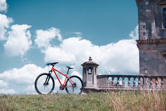 在蓝天背景的自行车 免版税库存照片