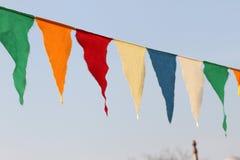 在蓝天背景的色的旗子 第三个性别概念 伊斯坦布尔大会概念 标志 免版税库存图片