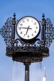 在蓝天背景的葡萄酒室外时钟 免版税库存图片