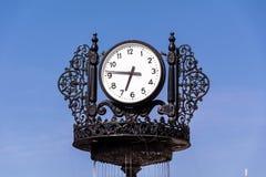在蓝天背景的葡萄酒室外时钟 库存图片