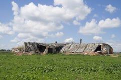 在蓝天背景的被毁坏的大厦  免版税图库摄影