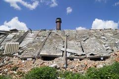 在蓝天背景的被毁坏的大厦  图库摄影