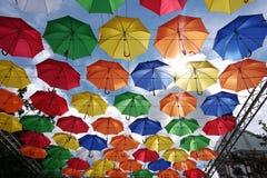 在蓝天背景的许多色的伞 库存照片