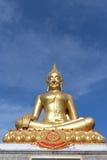 在蓝天背景的金黄budha图象 免版税库存图片