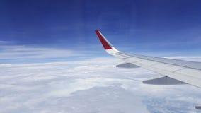 在蓝天背景的飞机翼 免版税图库摄影