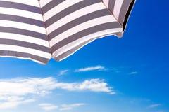 在蓝天背景的高分辨率沙滩伞 库存图片