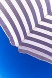 在蓝天背景的高分辨率沙滩伞 免版税库存照片