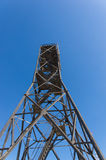 在蓝天背景的高合金塔 免版税库存图片