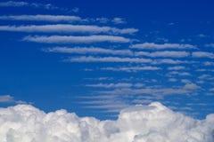 在蓝天背景的高层云 库存照片