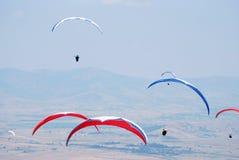 在蓝天背景的滑翔伞。 免版税库存照片