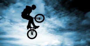 在蓝天背景的Bmx自行车。 免版税库存图片