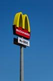 在蓝天背景的McDonalds商标 免版税库存照片