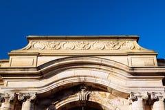 在蓝天背景的Palais Rohan入口 免版税库存图片