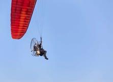 在蓝天背景的Paramotor飞行 免版税库存图片
