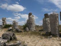 在蓝天背景,一古老地质的石柱子 免版税库存图片