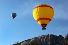 在蓝天背景,土耳其的五颜六色的热气球 库存照片