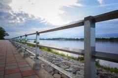 在蓝天背景,湄公河河沿, Nongkhai泰国的钢栏杆 免版税库存图片