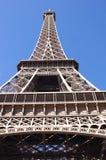 在蓝天背景,巴黎的埃佛尔铁塔 免版税库存图片