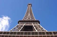 在蓝天背景,巴黎的埃佛尔铁塔 库存照片
