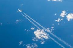 在蓝天视图之下的飞机 库存图片