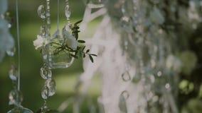 在蓝天,婚礼装饰背景的婚礼曲拱,水晶小珠闪耀得在阳光下 股票录像