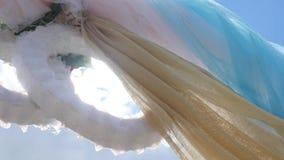 在蓝天,婚礼装饰,沿婚礼的照相机运动背景的婚礼曲拱成拱形  股票视频