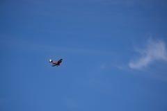 在蓝天1的双翼飞机 免版税库存图片