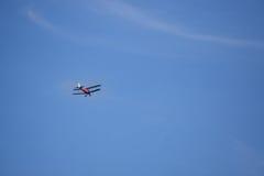 在蓝天2的双翼飞机 库存照片