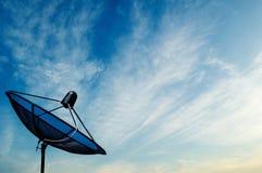 在蓝天backgroun的黑天线通讯卫星盘 库存照片
