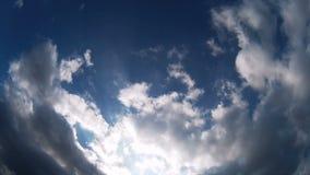 在蓝天timelapse的云彩 股票录像