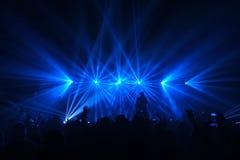 在蓝星火光下的音乐会 库存照片