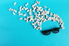 在蓝纸背景的戏院时间 观察者,3D玻璃,玉米花的摘要乐趣活跃图象 概念戏院电影和 图库摄影