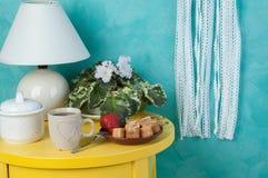 在蓝绿色的卧室装饰 免版税库存照片