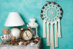 在蓝绿色的卧室装饰 库存图片
