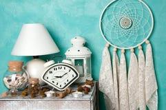 在蓝绿色的卧室装饰 免版税库存图片