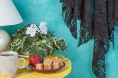 在蓝绿色背景的卧室装饰 图库摄影